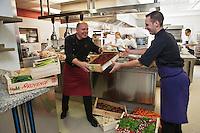 Europe/France/Languedoc-Roussillon/30/Gard/Nimes: Michel Kayser chef du Restaurant: Alexandre au retour du marché [Non destiné à un usage publicitaire - Not intended for an advertising use]