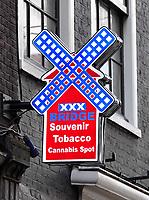 Nederland - Amsterdam - 2020. Toeristenwinkel. Souvenirs, rookwaren en cannabis.  Foto Berlinda van Dam / ANP /  Hollandse Hoogte.