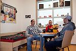 Europa, DEU, Deutschland, Nordrhein Westfalen, NRW, Rheinland, Niederrhein, Ruhrgebiet, Duisburg-Hohenbudberg, Niederrhein Therapiezentrum Duisburg, NTZ, Massregelvollzug, Massregelvollzugsklinik, In Duisburg befindet sich eine Spezialklinik fuer Patienten, die nach § 64 Strafgesetzbuch (StGB) im Massregelvollzug untergebracht werden. Die Aufnahme zeigt die Patienten Sascha K., Giorgio W. und Marco K.. im Zimmer von Sascha. Sascha wurde wegen Einbruch und Diebstahl verurteilt, Georgio wegen bewaffneten Raub, Marco wegen zweifacher gefaehrlicher Koerperverletzung. Die drei sind in der Klinik Freunde geworden und sehen den Aufenthalt im Massregelvollzug als Chance zur Rehabilitation. Sascha, Giorgio und Marco sind zuversichtlich ein normales Leben nach dem Aufenthalt im Massregelvollzug fuehren zu koennen. An der Wand der Fan-Schal von Borussia Moenchengladbach, Grusskarten und Fotos von Saschas Freunden und Bekannten., Kategorien und Themen, Gesellschaft, Lebenswelten, Lebensraeume, Gesellschaftliche Themen, Soziale Themen, Menschen, Personen, Leute, Menschenfotografie, People, Menschenfotos....[Fuer die Nutzung gelten die jeweils gueltigen Allgemeinen Liefer-und Geschaeftsbedingungen. Nutzung nur gegen Verwendungsmeldung und Nachweis. Download der AGB unter http://www.image-box.com oder werden auf Anfrage zugesendet. Freigabe ist vorher erforderlich. Jede Nutzung des Fotos ist honorarpflichtig gemaess derzeit gueltiger MFM Liste - Kontakt, Uwe Schmid-Fotografie, Duisburg, Tel. (+49).2065.677997, ..archiv@image-box.com, www.image-box.com]
