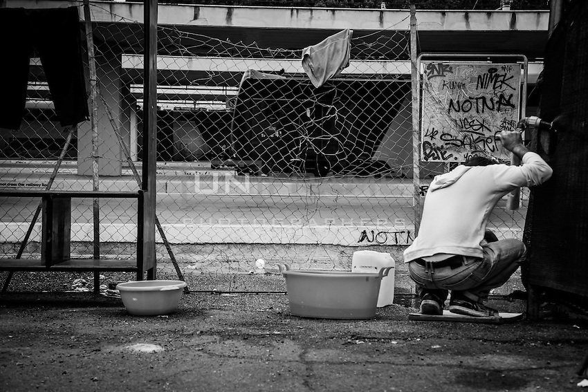 Even Tough the sanitary conditions are very bad, a great improvement has been achieved with the tents recently set up by MEDU (Medici per i Diritti Umani) near the track n.15 at Ostiense station.