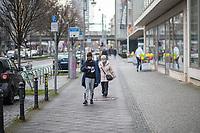 """Eindruecke vom ersten Tag des zweiten sog. """"Corona-Lockdown"""" aus der Berliner Sclossstrasse, eine der beliebtesten Einkaufsstrassen.<br /> 16.12.2020, Berlin<br /> Copyright: Christian-Ditsch.de"""