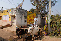 "Asien Suedasien Indien Madhya Pradesh , Farmer mit Ochsenkarren im Dorf Amlatha am Fluss Narmada , Satelitenschuessel fuer TV Empfang , Kontrast zwischen Moderne und Tradition -  Landwirtschaft | .South asia Inda Madhya Pradesh , farmer with bullock cart and dish antenna in village Amlatha .| [ copyright (c) Joerg Boethling / agenda , Veroeffentlichung nur gegen Honorar und Belegexemplar an / publication only with royalties and copy to:  agenda PG   Rothestr. 66   Germany D-22765 Hamburg   ph. ++49 40 391 907 14   e-mail: boethling@agenda-fototext.de   www.agenda-fototext.de   Bank: Hamburger Sparkasse  BLZ 200 505 50  Kto. 1281 120 178   IBAN: DE96 2005 0550 1281 1201 78   BIC: ""HASPDEHH"" ,  WEITERE MOTIVE ZU DIESEM THEMA SIND VORHANDEN!! MORE PICTURES ON THIS SUBJECT AVAILABLE!!  ] [#0,26,121#]"