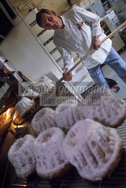 Europe/France/Alsace/67/Bas-Rhin/Haguenau : Gilles Schoenahl boulanger pâtissier et ses kougelhopfs