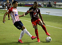 BARRANQUILLA-COLOMBIA, 14-10-2020: Marlon Pihedrahita de Atletico Junior y Edwin Velasco de America de Cali disputan el balon, durante partido entre Atletico Junior y America de Cali, de la fecha 14 por la Liga BetPlay DIMAYOR 2020 jugado en el estadio Metroplitano Roberto Melendez de la ciudad de Barranquilla. / Marlon Pihedrahita of Atletico Junior and Edwin Velasco of America de Cali battle for the ball, during a match between Atletico Junior and America de Cali of the 14th date for the BetPlay DIMAYOR Leguaje 2020 played at the Metroplitano Roberto Melendez Stadium in Barranquilla city. / Photo: VizzorImage / Jairo Cassiani / Cont.