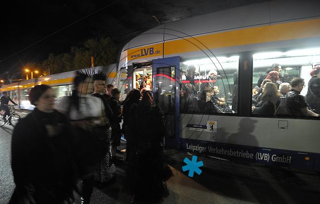WGT 2013 - Haltestelle MESSEPARK - Festivalbesucher drängen sich in Straßenbahn.  Foto: Norman Rembarz