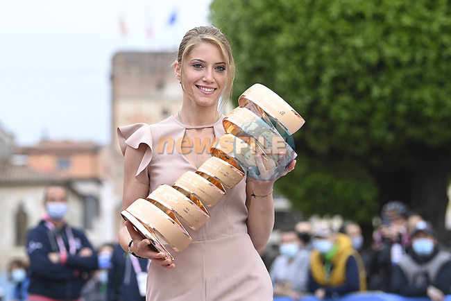 The Trofeo Senza Fine arrives at sign on before the start of Stage 14 of the 2021 Giro d'Italia, running 205km from Cittadella to Monte Zoncolan, Italy. 22nd May 2021.  <br /> Picture: LaPresse/Massimo Paolone | Cyclefile<br /> <br /> All photos usage must carry mandatory copyright credit (© Cyclefile | LaPresse/Massimo Paolone)