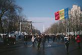Demonstranten sammeln sich vor dem Parlament für eine Demonstration durch das Zentrum der Stadt. Zehntausende demonstrieren gegen die neue Regierung in Chisinau, Republik Moldau. / <br />Protesters gathering in front of parliament for a demonstration through downtown of Chisinau. Tens of thousands protest against the new government in Chisinau, Republic of Moldova.