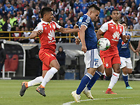 BOGOTA - COLOMBIA, 20-01-2019: Edwin Herrera (Izq) jugador de Independiente Santa Fe disputa el balón con Oscar Barreto (Der) jugador del Millonarios durante partido por la final del Torneo Fox Sports 2019 jugado en el estadio Nemesio Camacho El Campin de la ciudad de Bogotá. / Edwin Herrera (L) player of Independiente Santa Fe fights for the ball with Oscar Barreto (R) player of Millonarios during final match of the Fox Sports Tournament 2019 played at Nemesio Camacho El Campin Stadium in Bogota city. Photo: VizzorImage / Gabriel Aponte / Staff.