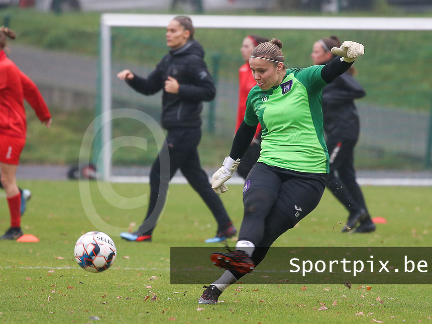 Goalkeeper Justien Odeurs (13 Anderlecht) gives a pass during the warm up before a female soccer game between FC Femina WS Woluwe and RSC Anderlecht Women on the eight match day of the 2020 - 2021 season of Belgian Women's Super League , Sunday 22nd of November 2020  in Woluwe, Belgium . PHOTO SPORTPIX.BE | SPP | SEVIL OKTEM