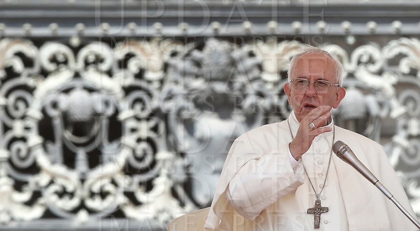 Papa Francesco tiene l'udienza generale del mercoledi' in Piazza San Pietro, Citta' del Vaticano, 7 giugno, 2017.<br /> Pope Francis leads his weekly general audience in St. Peter's Square at the Vatican, on June 7, 2017.<br /> UPDATE IMAGES PRESS/Isabella Bonotto<br /> STRICTLY ONLY FOR EDITORIAL USE