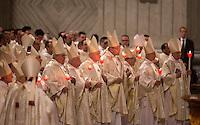 Cardinali partecipano alla veglia di Pasqua celebrata dal Papa nella Basilica di San Pietro, Citta' del Vaticano, 4 aprile 2015.<br /> Cardinals hold candles during the Easter vigil celebrated by the Pope in St. Peter's Basilica at the Vatican, 4 April 2015.<br /> UPDATE IMAGES PRESS/Riccardo De Luca<br /> <br /> STRICTLY ONLY FOR EDITORIAL USE