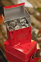 Europe/France/Aquitaine/40/Landes/Mont-de-Marsan: Caillou du moun, Praliné enrobé de chocolat, sucre glace et café italien: c'est le  la spécialité chocolatière de David Fourcade. Pâtisserie Fourcade,