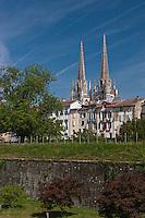 Europe/France/Aquitaine/64/Pyrénées-Atlantiques/Pays-Basque/Bayonne: La promenade des remparts construits par Vauban et la Cathédrale Sainte-Marie