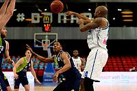 10-04-2021: Basketbal: Donar Groningen v ZZ Leiden: Groningen, Donar speler Justin Watts passt Leiden speler Giddy Potts kijkt toe