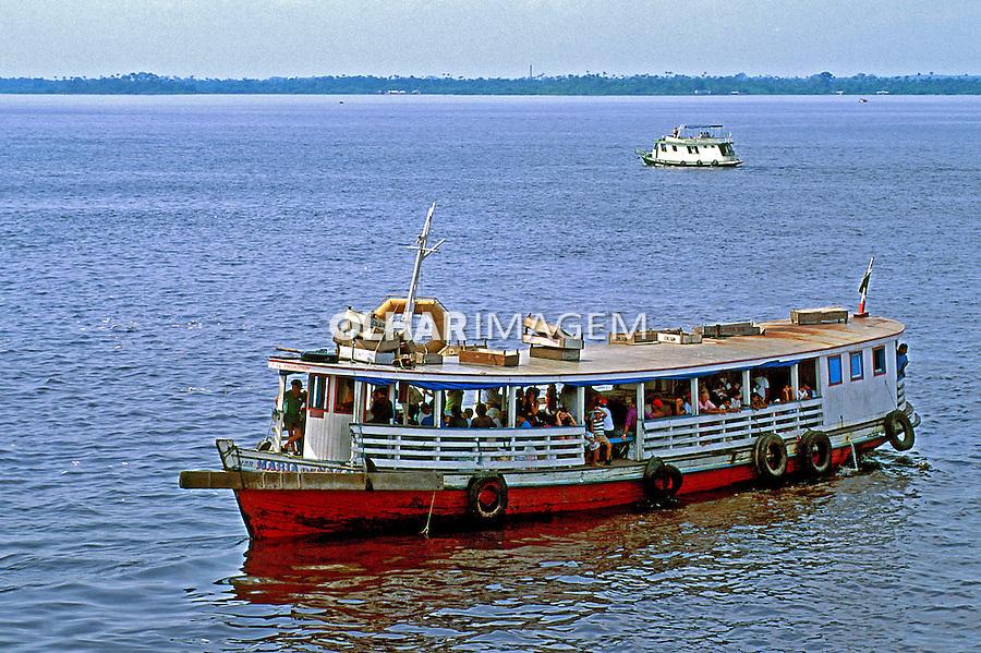 Transporte de passageiros no Rio Amazonas, Manaus. 2000. Foto de Juca Martins.
