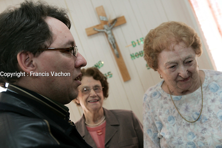 Trois-Pistoles, February 28, 2007 - Liberal candidate Jean D?Amour meets with sisters at the RÈsidence JÈsus Marie convent in Trois-Pistoles Wednesday February 28, 2007. D?amour just resigned as the RiviËre-du-Loup mayor to run as the Liberal candidate in the RiviËre-du-Loup and Cacouna riding against ADQ leader Mario Dumont.<br /> <br /> PHOTO :  Francis Vachon - Agence Quebec Presse