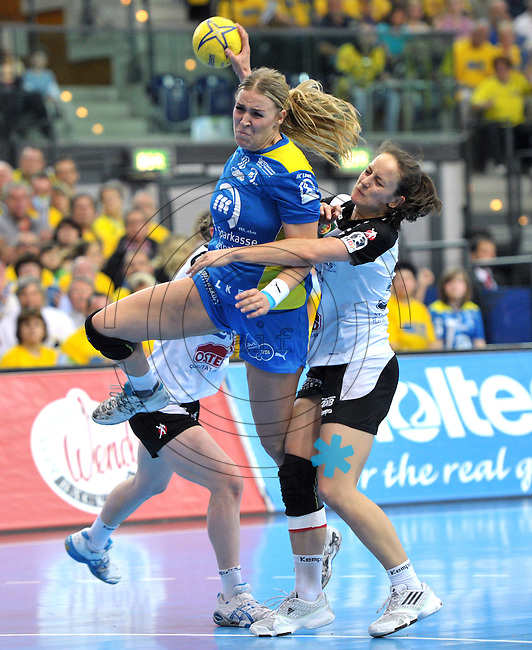 Handball Bundesliga Frauen - Playoff Finale um die deutsche Meisterschaft. Zum Hinspiel empfängt der Handballclub Leipzig (HCL) den Thüringer HC (THC). .IM BILD: Jessy Kramer (HCL) am Ball gegen Sonja Frey (l., verdeckt) und Kerstin Wohlbold (r.) .Foto: Christian Nitsche