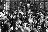 - women's manifestation for the abortion in front of gynecological clinic Mangiagalli (Milan, 1976)....- manifestazione femminista per l'aborto davanti alla clinica ginecologica Mangiagalli (Milano, 1976)