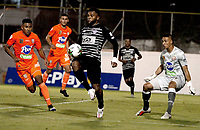 ENVIGADO - COLOMBIA, 13–02-2021: Santiago Ruiz de Envigado F. C. y Miguel Angel Borja de Atletico Junior disputan el balon, durante partido entre Envigado F. C. y Atletico Junior de la fecha 6 por la Liga BetPlay DIMAYOR I 2021, en el estadio Polideportivo Sur de la ciudad de Envigado. / Santiago Ruiz of Envigado F. C. Miguel Angel Borja of Atletico Junior fight for the ball, during a match between Envigado F. C. and Atletico Junior of 6th date for the BetPlay DIMAYOR I 2021 League at the Polideportivo Sur stadium in Envigado city. Photo: VizzorImage / Juan A Cardona/ Cont.