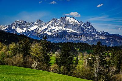 Oesterreich, Tirol, Fieberbrunn: oberhalb von Fieberbrunn, im Hintergrund die schneebedeckten Gipfel des Wilden Kaiser | Austria, Tyrol, Fieberbrunn: above Fieberbrunn, at background snowcapped summits of Wilder Kaiser mountains