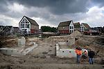 NUNSPEET - In Nunspeet wordt gewerkt aan de brugfunderingen naar de gezichtsbepalende waterpartij naast het door bouwbedrijf Salverda uit 't Harde gebouwde appartementencomplex De Parelhorst. Het gebouw is onderdeel van het nieuwbouwplan De Bunte dat  in opdracht van Omnia Wonen door MIX Architectuur ontworpen is als een klein dorpje rond een vijver. Naast de 24 appartementen biedt het project ook ruimte aan 24 koopwoningen, 12 huurwoningen, 12 maisonnettes en 24 zgn Koop Goedkoop woningen. COPYRIGHT TON BORSBOOM