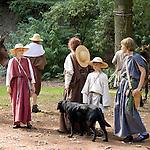 Europa, DEU, Deutschland, Nordrhein Westfalen, NRW, Rheinland, Niederrhein, Xanten, Archaeologisches Experiment, Roemermarsch der Legio XV Primigenia, Bergkamen nach Xanten, Ankunft im Erdwalltheater des Vetera Castra in Xanten-Birten, Mit dem Experiment - Iter Romanum MMVIII - dem Roemermarsch 2008 - versuchte die Legio , den Marsch roemischer Legionaere mit all seinen Strapazen originalgetreu nachzuvollziehen. Die Roemer haben diesen Weg der Lippe entlang bereits zu Neros Zeiten bewaeltigt. Auf groeßtmoegliche Authentizitaet wurde sehr viel Wert gelegt. Mit zwei mitgefuehrten Maultieren wurden originalgetreue Ausruestungsgegenstaende wie Zelte, Muehlen und Werkzeuge transportiert. Nahrung, die aus roemischer Zeit ueberliefert ist, wurde ueber offenem Feuer gekocht. Kleidung, Ruestung und Bewaffnung sind anhand von Funden und historischen Quellen reproduziert worden. Mit Marschgepaeck hatten die Akteure ein Gewicht von insgesamt ueber 43 kg zu tragen. , Kategorien und Themen, Historisch, History, Historie, Geschichte, Historische Fotografie, Zeitdokumente, Zeitgeschichte, Geschichtliches, Archaeologie, Archaeologisch, Archaeologisches, Menschen, Personen, Leute, Menschenfotografie, People, Menschenfotos