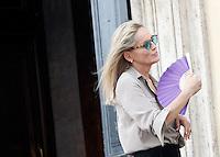 """L'attrice statunitense Sharon Stone sul set del film """"Un ragazzo d'oro"""", all'esterno della chiesa di Santa Maria dei Miracoli in piazza del Popolo, Roma, 18 luglio 2013.<br /> U.S. actress Sharon Stone on the set of the movie """"Un ragazzo d'oro"""", outside of the church of St. Mary of Miracles in downtown Rome, 18 July 2013.<br /> UPDATE IMAGES PRESS/Riccardo De Luca"""