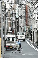 (Photo.: Stefan Nobel-Heise)Youth man with Bike at the Urban street, Bike, Man, Japanese, Asakusa, Taito, Tokio, Japan, Cabel, TV, Rad Verkehr,Traffik, Urban, City, Haus, Stadt, Van, Auto, Gaz, Umwelt, Strom,Power, Elektricity