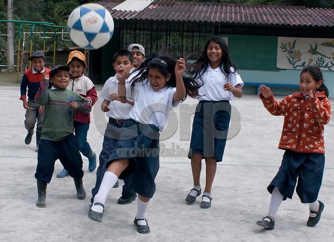 Otavalo, Ecuador, niños indigenas concurren a la escuela con la cooperacion de la empresa Lafarge Cementos