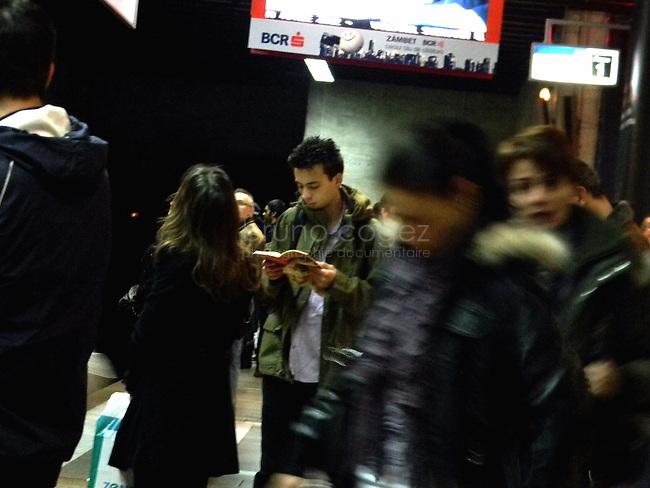 ROUMANIE, Bucarest, station du metro Piata Unirii, 8.11.2011.  Gens du transport publique. Jeune homme qui lit . © Ioana Constantina/ Florian Iancu