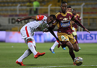 BOGOTA - COLOMBIA - 26-09-2015: Fainer Torijano (Der)  jugador del Deportes Tolima  disputa el balon con Miguel Borja del Independiente Santa Fe  durante partido  por la fecha 14 de la Liga Aguila II 2015 jugado en el estadio Metropolitano de Techo  Fainer Torijano player of Deportes Tolima  fights the ball against Miguel Borja (L) of Independiente Santa Fe  during a match for the fourteenth date of the Liga Aguila II 2015 played at  Metroplitano de Techo stadium in Bogota city. Photo: VizzorImage / Felipe Caicedo / Staff.