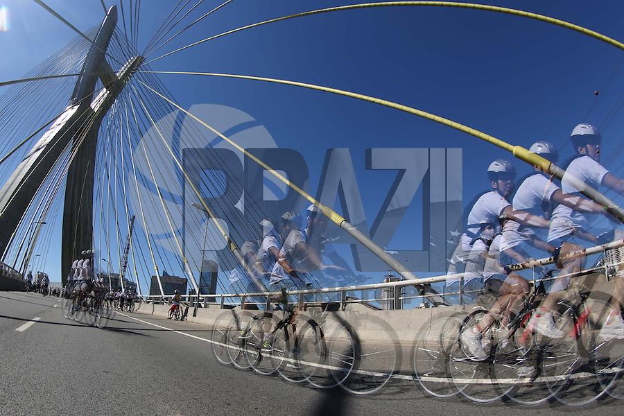 SAO PAULO, SP, 02.02.2014 - WORD BIKE TOUR - Ciclistas durante o Word Bike Tour na Ponte Estaiada regiao sul da cidade de Sao Paulo neste domingo,02.(Foto: Vanessa Carvalho / Brazil Photo Press).