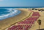 Spain, Gran Canaria, Playa del Ingles: View along beach to the Maspalomas sand dunes | Spanien, Gran Canaria, Playa del Ingles: mit Blick zu den Sandduenen von Maspalomas