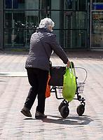 Nederland Amsterdam - 2021.  Amsterdam Bijlmer / Zuidoost.  Vrouw met rollator. Foto mag niet in schadelijke context gepubliceerd worden.  Foto ANP /  Hollandse Hoogte / Berlinda van Dam