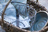Kräuterernte, Utensilien, Gerätschaften zum Sammeln von Kräutern, Kräuter sammeln, Korb, Sammelkorb, Körbe, Drahtkorb, Weidenkorb, Schere, Tuch, Tücher, Schale