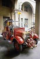 - esposizione attrezzature d'epoca dei Vigili del Fuoco, autovettura FIAT<br /> <br /> - exibition of Fire Brigade vintage equipments, FIAT car