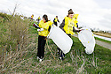 20/04/2010   Copyright  Pic : James Stewart.12_helix_litter  .::  HELIX PROJECT ::  KIDS FROM BRAES HIGH SCHOOL TAKE PART IN THE LITTER PICK AT THE FORTH & CLYDE CANAL BETWEEN LOCK 2 AND THE BLUE BRIDGE ::.