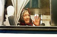 Mileva Nekic, 77 Jahre alt wird von UNHCR-Mitarbeitern aus der Klosterschule in Prizren evakuiert. 86 von 230 Fluechtlingen duerfen in den serbischen Teil Jugoslawiens gebracht werden. In der Klosterschule sitzen gefluechteten Serben, Albaner, Roma und Katholiken wie in einem Gefaengnis. Deutsche KFOR-Soldaten sind fuer ihren Schutz verantwortlich und halten sich rund um die Uhr vor und in dem Gebaeude auf.<br /> 2.8.1999, Prizren/Jugoslawien<br /> Copyright: Christian-Ditsch.de<br /> [Inhaltsveraendernde Manipulation des Fotos nur nach ausdruecklicher Genehmigung des Fotografen. Vereinbarungen ueber Abtretung von Persoenlichkeitsrechten/Model Release der abgebildeten Person/Personen liegen nicht vor. NO MODEL RELEASE! Don't publish without copyright Christian-Ditsch.de, Veroeffentlichung nur mit Fotografennennung, sowie gegen Honorar, MwSt. und Beleg. Konto: I N G - D i B a, IBAN DE58500105175400192269, BIC INGDDEFFXXX, Kontakt: post@christian-ditsch.de<br /> Urhebervermerk wird gemaess Paragraph 13 UHG verlangt.]