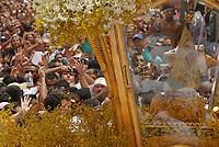 A imagem de Nossa Senhora de Nazaré é trazida dentro de um andor diante milhares de fiéis na avenida presidente Vargas, uma das principais de Belém ,  durante a maior procissão religiosa do país, que este ano conforme estimativas foi acompanhada por mais de 1,5 milhão de fiéis.<br /> 12/10/2008<br /> Belém, Pará, Brasil.<br /> Foto Paulo Santos/Interfoto