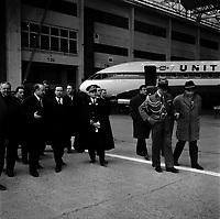 Hangar de l'aéroport Toulouse-Blagnac. Le 2 et 3 février 1962. Vue d'une visite de Michel Debré, Louis Bazerque et du préfet Morin dans un hangar de Caravelles.