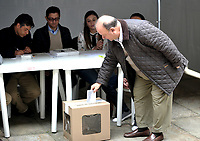 BOGOTÁ – COLOMBIA, 27-05-2018: Luis Carlos Villegas, Ministro de Defensa de Colombia, ejerce su derecho al voto en La Plaza de Bolívar, durante la jornada de elecciones Presidenciales para el periodo 2018-2022. / Luis Carlos Villegas, Minister of Defense of Colombia,exercises their right to vote in the Plaza de Bolívar, during the presidential election day for the period 2018-2022. Photo: VizzorImage/ Luis Ramirez / Staff.