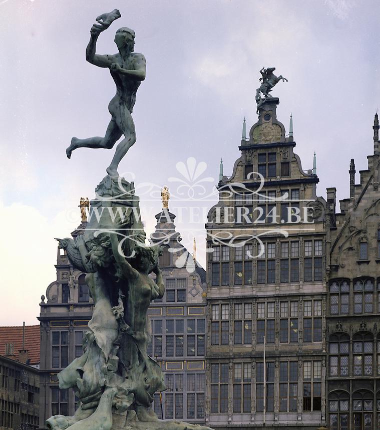 Februari 1975. Standbeeld Brabo op de Grote Markt in Antwerpen.