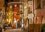 Italien, Suedtirol (Trentino - Alto Adige), Brixen: Altstadtgasse mit Weihnachtsschmuck | Italy, South Tyrol (Trentino - Alto Adige), Bressanone: old town lane with christmas decoration