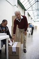 MANIZALES -COLOMBIA. 25-08-2013. El más firme aspirante a la Gobarnación en Caldas Julián Gutiérrez, votando en el Coliseo Menor de Manizales. Photo: VizzorImage / Yonboni / Str