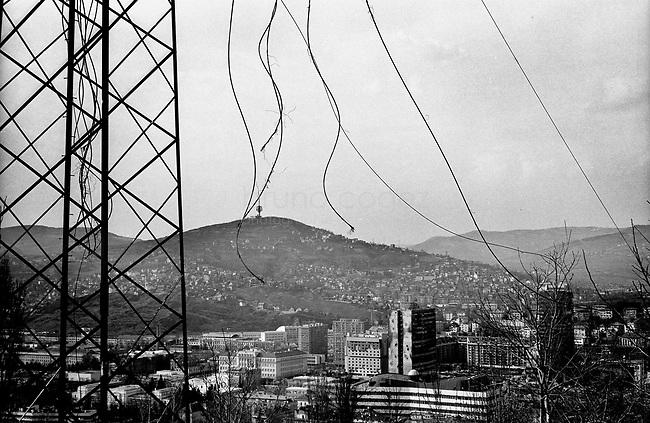 BOSNIA-HERZEGOVINA, Sarajevo, March 2003..10 years after the end of the war, I came for the first time in Sarajevo. I have in mind the images of the besieged city. The daily death, the impotence and the guilty inaction of the international community, the sad spectacle of a war in Europe. 10 years later, I walk the streets obsessed with the scars of war..View on the town..BOSNIE-HERZEGOVINE, Sarajevo, Mars 2003..10 ans après la fin de la guerre, j'arrive pour la première fois à Sarajevo. J'ai encore en tête les images de la ville assiégée. La mort quotidienne, l'impuissance voire l'inaction coupable de la communauté internationale, le spectacle désolant d'une guerre en Europe. 10 après, je déambule dans les rues obsédé par les stigmates de la guerre..Vue sur la ville..© Bruno Cogez
