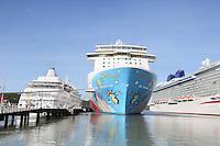 Norwegian Breakaway, P&O Brittaniaim Hafen von St. John's auf Antigua