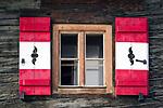 Oesterreich, Kaernten, Nationalpark Hohe Tauern: Fenster mit rot-weissen Fensterlaeden | Austria, Carinthia, High Tauern National Park: window with red-white shutters