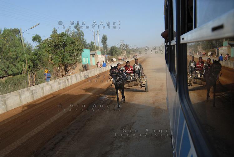 Addis Abeba, carro riflesso nella corriera.cart reflect in a bus