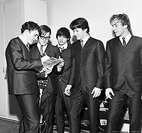 JB and the Playboys, dans les loges de arena Maurice-Richard. 19 fevrier 1965. <br /> <br /> De gauche ˆ droite : Allan Nicholls (chant), Bill Hill (guitare), Andy Kaye (guitare), Louis Atkins (basse) et Doug West (batterie).
