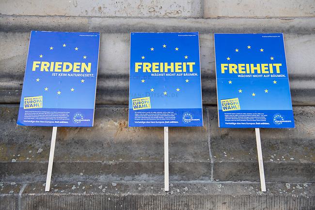 """#EuropaDemo von """"Pulse of Europe"""" am Sonntag den 5. Mai 2019 auf dem Berliner Gendarmenmarkt.<br /> Als Redenerin war u.a. Annegret Kramp-Karrenbauer, Bundesvorsitzende der CDU eingeladen.<br /> Im Bild: Plakate von Pulse of Europe.<br /> 5.5.2019, Berlin<br /> Copyright: Christian-Ditsch.de<br /> [Inhaltsveraendernde Manipulation des Fotos nur nach ausdruecklicher Genehmigung des Fotografen. Vereinbarungen ueber Abtretung von Persoenlichkeitsrechten/Model Release der abgebildeten Person/Personen liegen nicht vor. NO MODEL RELEASE! Nur fuer Redaktionelle Zwecke. Don't publish without copyright Christian-Ditsch.de, Veroeffentlichung nur mit Fotografennennung, sowie gegen Honorar, MwSt. und Beleg. Konto: I N G - D i B a, IBAN DE58500105175400192269, BIC INGDDEFFXXX, Kontakt: post@christian-ditsch.de<br /> Bei der Bearbeitung der Dateiinformationen darf die Urheberkennzeichnung in den EXIF- und  IPTC-Daten nicht entfernt werden, diese sind in digitalen Medien nach §95c UrhG rechtlich geschuetzt. Der Urhebervermerk wird gemaess §13 UrhG verlangt.]"""
